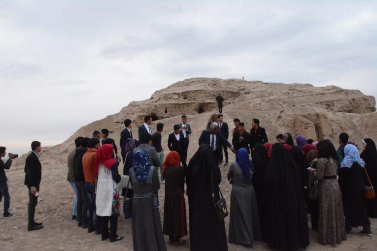 طلبة الاول اثار يطلعون ميدانيا على بقايا حضارة الوركاء